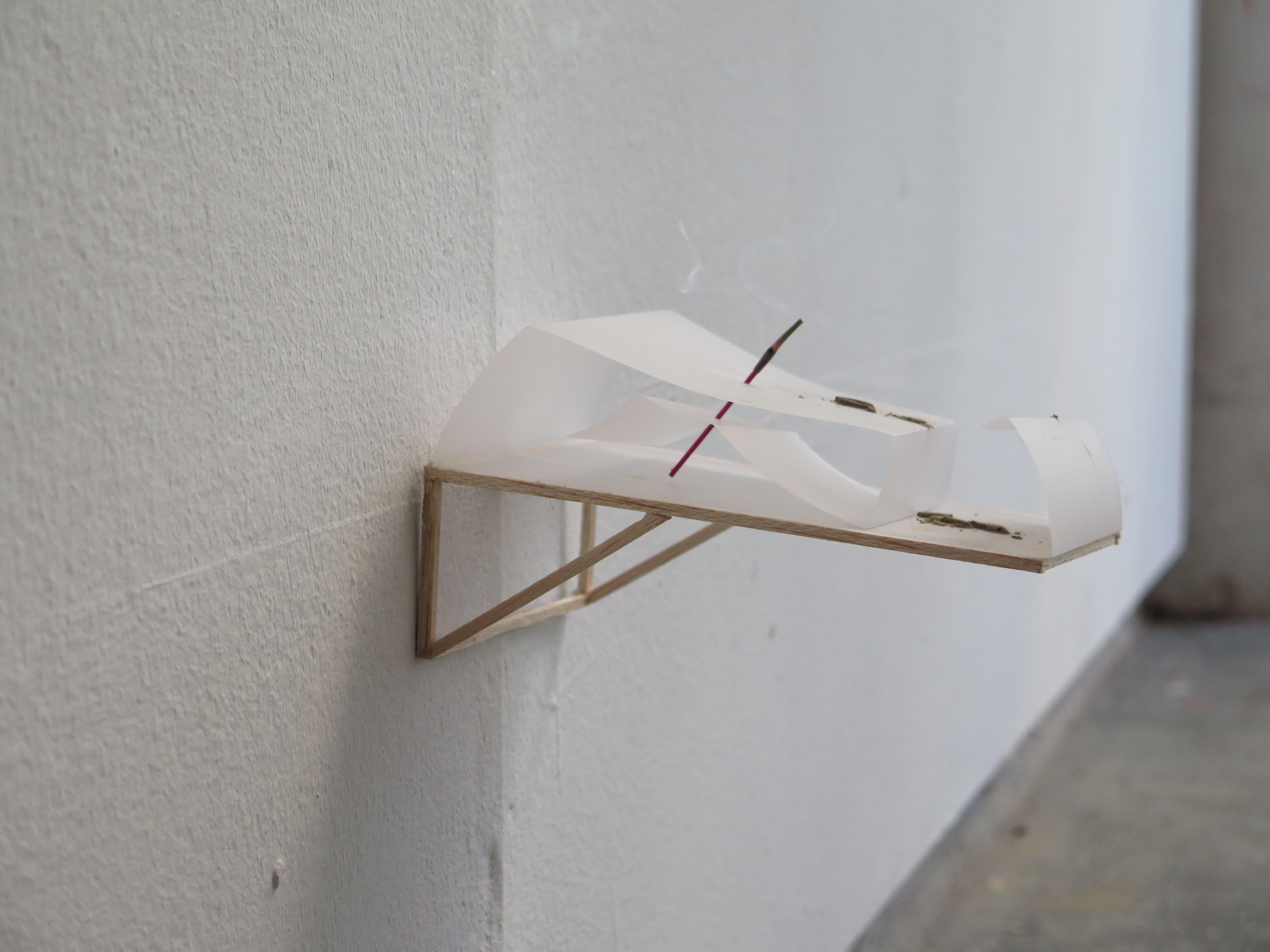 5expansion vertical | porta incenso | pieghe su carta fotosesibile, legno, incenso | 2017